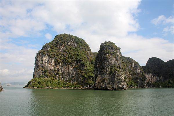 하롱베이 섬 아래 석회암 부식으로 구멍이 뚫려있는 모습