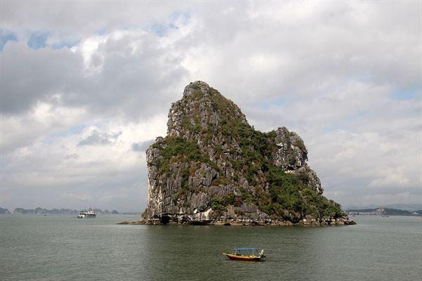 관광유람선 옆에서 과일등을 파는 조그마한 배의 모습