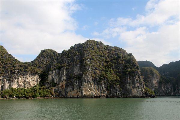 작은 언덕 바위 주변 섬들의 아름다운 모습