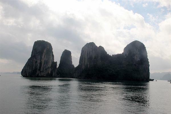 멀리서 보면 우리나라 부산 오륙도와 비슷한 섬의 모습