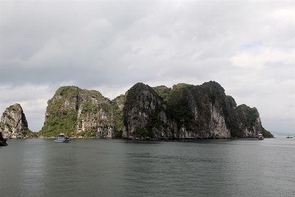 관광유람선들이 쉴새없이 부지런히 다니는 하롱베이 섬의 모습