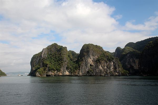 작은 언덕바위 주변의 하롱베이 섬들의 모습