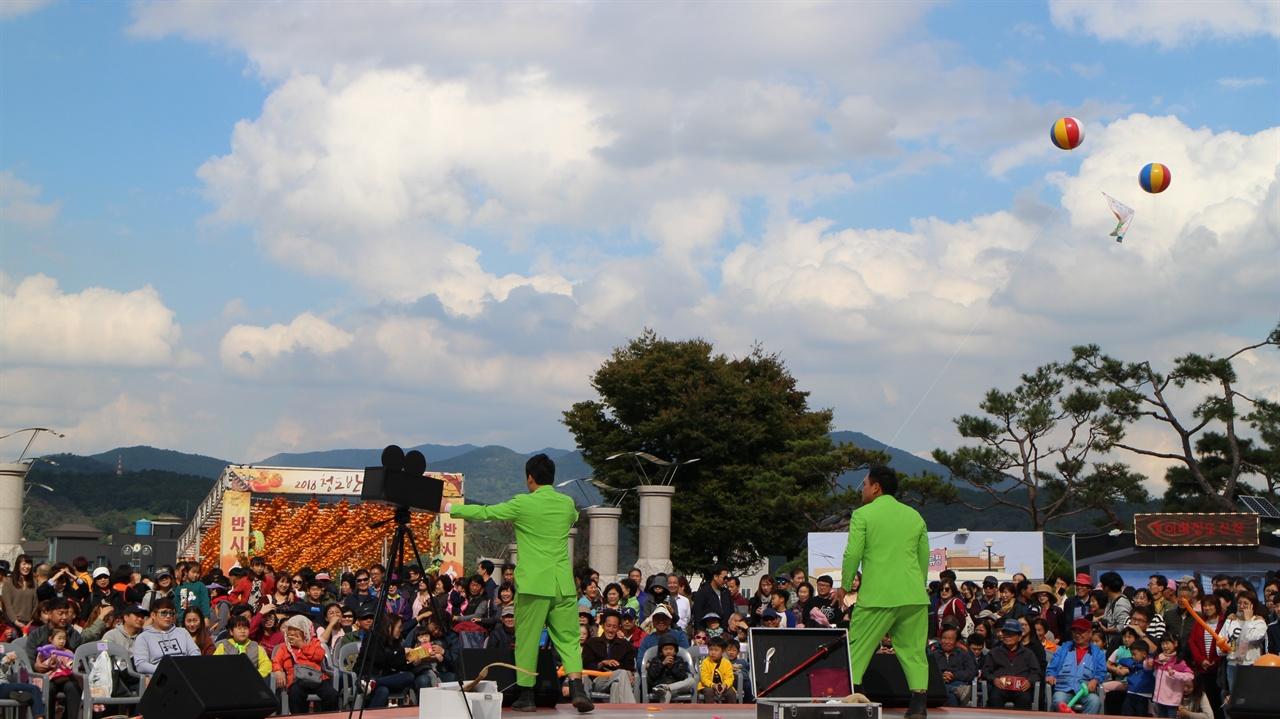 상설무대에서 우카당카의 코믹 마임쇼 광경 코미디와 반시축제가 동시에 열려 관객들에게 다양한 볼거리를 제공하고 있다.