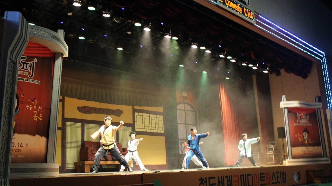 넌버벌 퍼포먼스 '점프' 공연 실내공연장에서는 넌버벌 퍼포먼스 '점프'가 공연되었다.