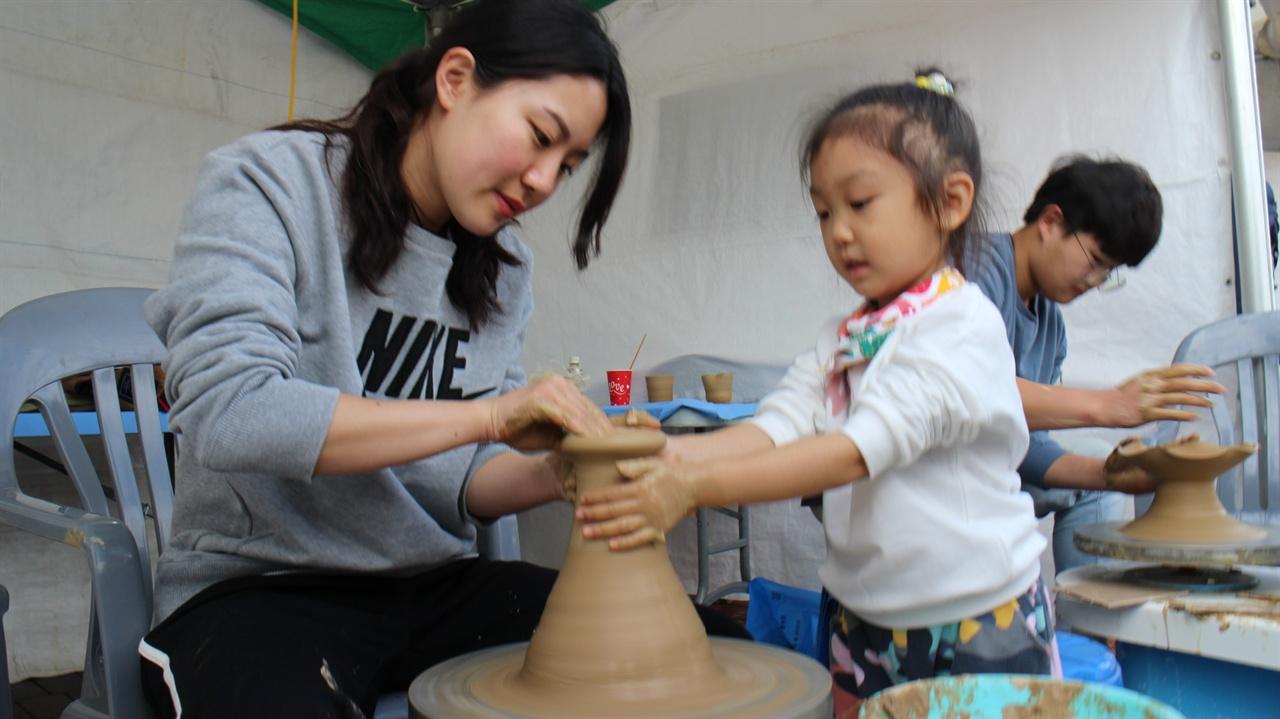 도자기 체험하고 있는 광경 한 어린아이가 반시축제에서 일반 시민들을 위한 체험 프로그램으로 도자기 체험을 하고 있다.