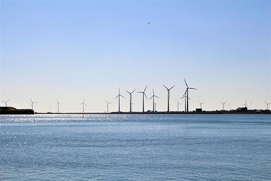 덴마크 코펜하겐에서 3.5km 떨어진 바다에 조성된 미들그룬덴 해상풍력발전소. 시민 9천여명이 협동조합을 구성해 절반의 지분을 소유했으며, 코펜하겐 전력 수요의 4%를 공급하고 있다.