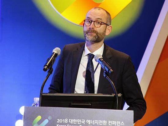 크리스토퍼 붓짜우 덴마크 에너지청장이 지난 4일 서울 코엑스에서 열린 '에너지전환 컨퍼런스'에서 강연하고 있다.