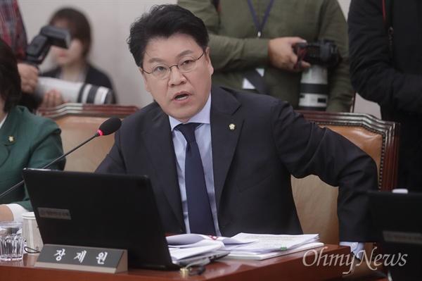 질의하는 장제원 장제원 자유한국당 의원이 15일 오후 서울 여의도 국회에서 열린 법제사법위원회의 법제처 대한 국정감사에 참석해 김외숙 법제처장에게 질의하고 있다.