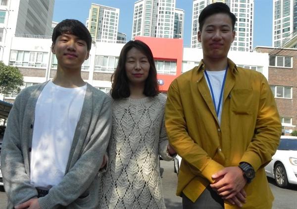 장영난 선생님은 박정우씨가 해운대공고을 다녔을 때 글로벌 인턴쉽을 준비하는 데 많은 도움을 주었다고 한다. 왼쪽부터 박정우씨의 함께 졸업한 친구와 장영난선생님 박정우씨다.