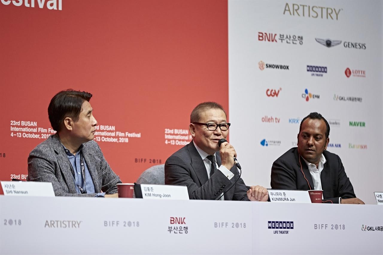 뉴커런츠 기자회견에서 기자들의 질문에 답변하는 일본 배우 쿠니무라 준