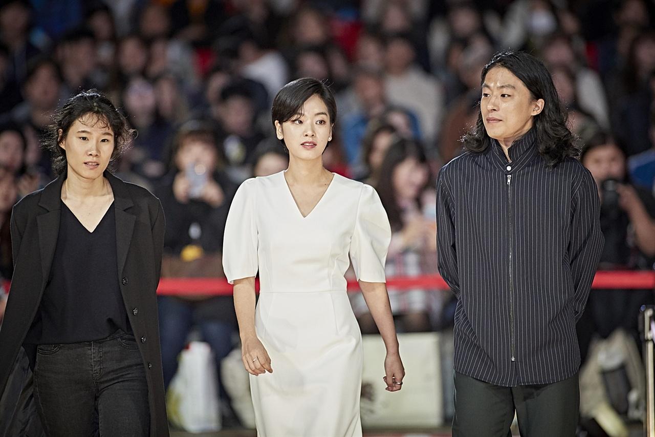 페막식 레드카펫을 밟고 있는 <메기> 이옥섭 감독과 이주영, 구교환 배우