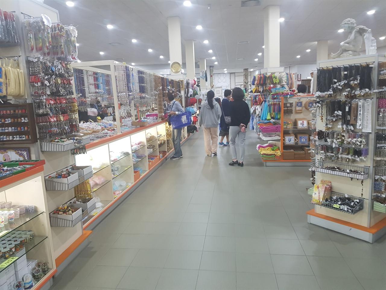 파티마 성당 가까이 있는 성물가게에는 많은 기념품과 다양한 성물들로 가득하였습니다.