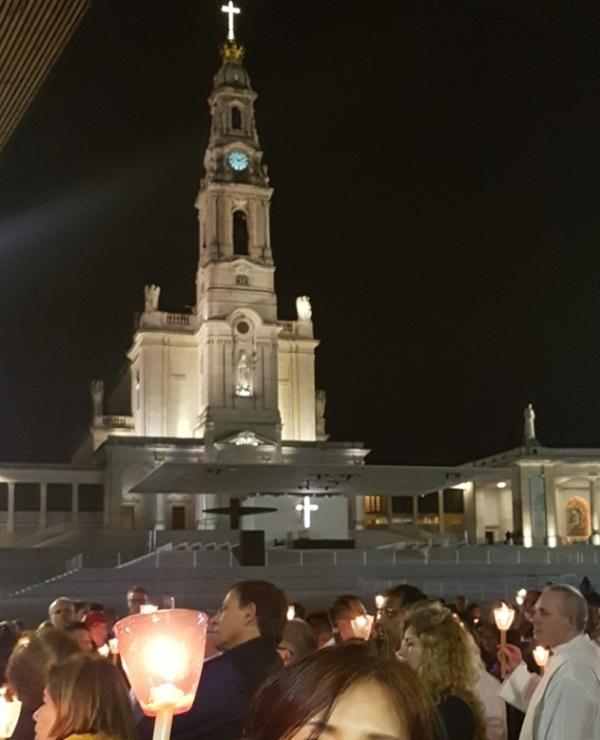 많은 사람들이 미사에 참례하고 행진을 하였습니다.