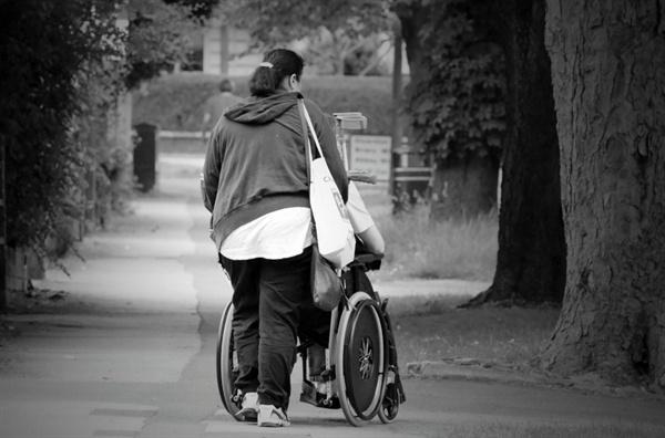 중증장애여성인 나와 낯선 타인과의 권력 구도는 늘 이렇게 스치는 만남 속에서도 형성되고 있다.