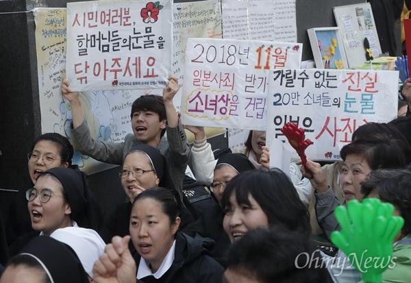 """수요집회 참가자 """"가릴수 없는 진실, 일본은 사죄하라"""" 학생과 시민이 17일 정오 서울 종로구 주한 일본대사관 앞에서 열린 '일본 위안부 문제 해결을 위한 제1357차 수요집회'에 참석해 한·일 정부간 졸속적인 12.28 합의 무효와 일본군 위안부 문제에 대한 공식 사과를 요구하고 있다."""
