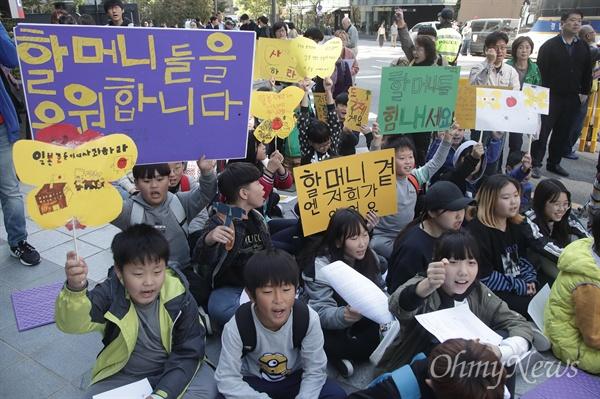 """수요 집회에 참가한 학생들 """"할머니들 힘내세요"""" 학생과 시민이 17일 정오 서울 종로구 주한 일본대사관 앞에서 열린 '일본 위안부 문제 해결을 위한 제1357차 수요집회'에 참석해 한·일 정부간 졸속적인 12.28 합의 무효와 일본군 위안부 문제에 대한 공식 사과를 요구하고 있다."""