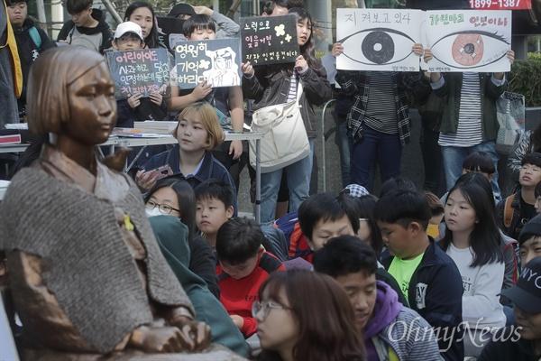 수요집회 참가자 '잊지 않겠습니다' 학생과 시민이 17일 정오 서울 종로구 주한 일본대사관 앞에서 열린 '일본 위안부 문제 해결을 위한 제1357차 수요집회'에 참석해 한·일 정부간 졸속적인 12.28 합의 무효와 일본군 위안부 문제에 대한 공식 사과를 요구하고 있다.