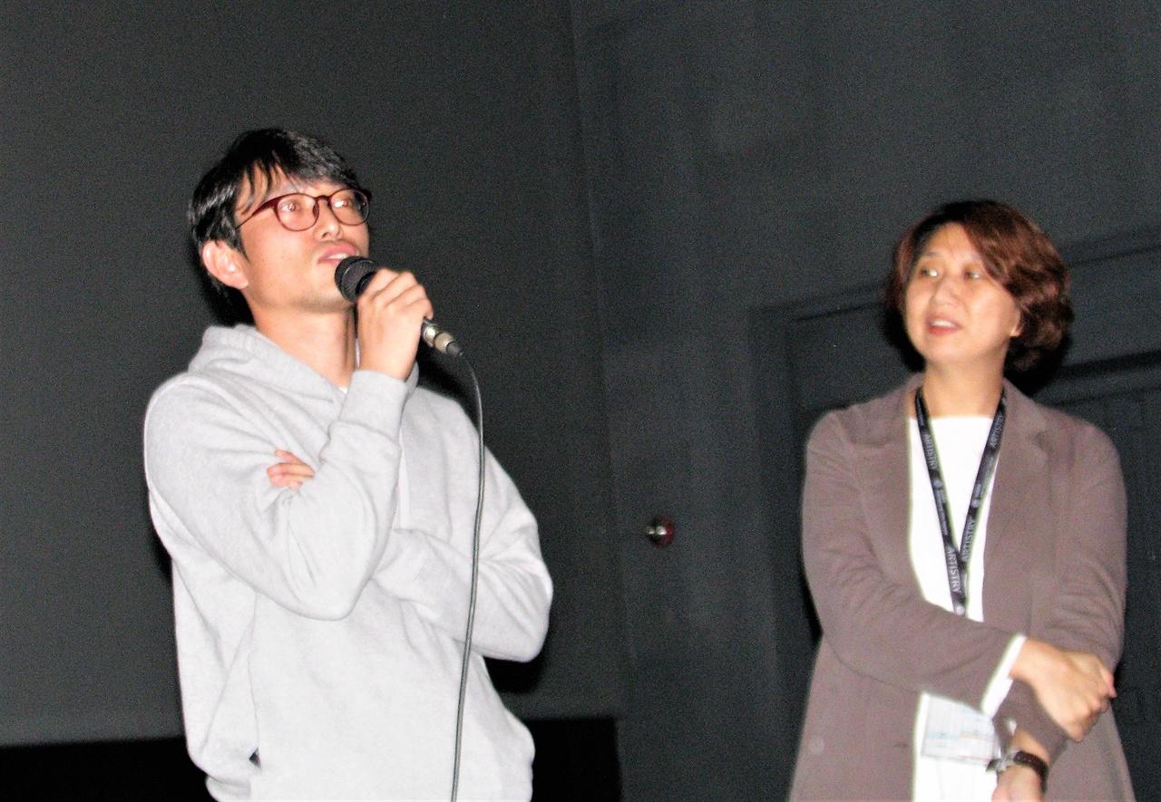 <나의 노래 : 메아리>를 연출한 정일건 감독이 9일 영화상영후 관객의 질문에 답하고 있다.