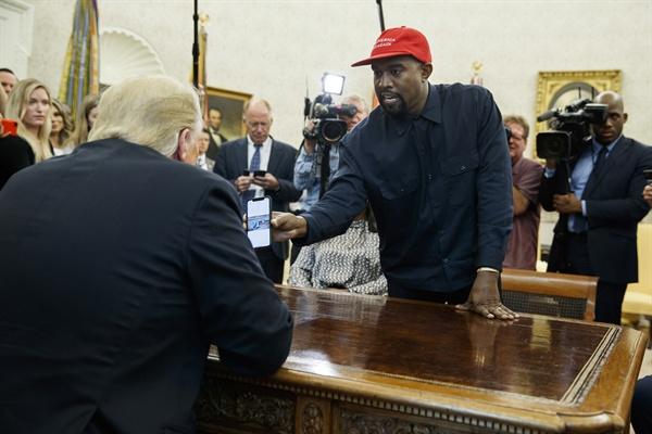 2018년 10월 11일(현지시간), 미국 워싱턴 백악관에서 트럼프 대통령이 자신의 열렬한 지지자인 래퍼 카니예 웨스트와 만났다.