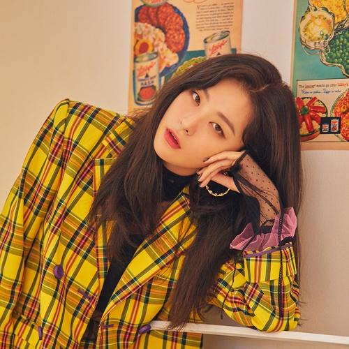 탁월한 춤꾼이자 좋은 목소리를 보유한 레드벨벳의 멤버 슬기.  최근 그녀는 자이언티의 음원 순위 1위곡 `멋지게 인사하는 법`에 피처링으로 참여했다.