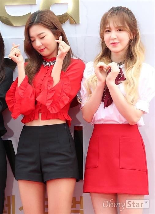 레드벨벳의 슬기(왼쪽), 웬디