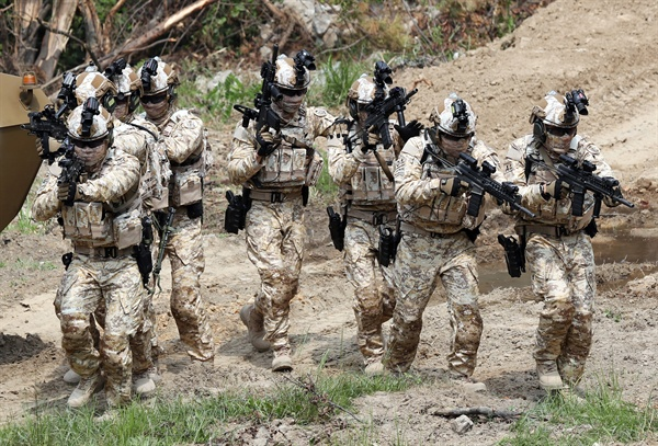 '첨단 장비 갖추고 작전 시연' 지난 6월 25일 오후 인천시 계양구 육군 국제평화지원단에서 아랍에미리트(UAE) 파병부대인 '아크부대' 14진 대원들이 단점이 개선된 육군 '워리어 플랫폼'을 착용한 뒤 건물 침투 작전을 시연하고 있다. 워리어 플랫폼(Warrior Platform)은 육군 전투 대원이 착용하는 피복·장비 등을 통칭한다. 이번 워리어 플랫폼은 전투 대원의 전투력과 생존능력을 강화하는 형태로 개선돼 아크부대 14진 특수전 팀에 최초 적용될 예정이다. 2018.6.25