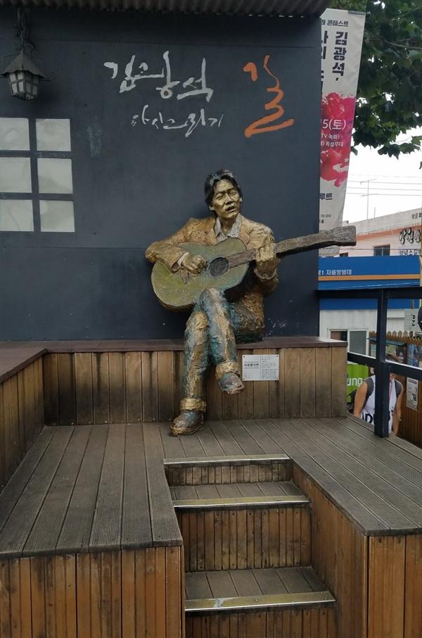 김광석다시그리기길입구에 세워져 있는 '연주하는 김광석' 동상