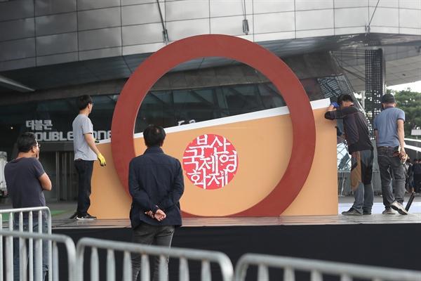 태풍에도 굳건하도록 제23회 부산국제영화제(BIFF) 개막식이 열리는 2018년 10월 4일 부산 해운대구 센텀시티 영화의 전당에서 관계자들이 행사 무대를 설치ㆍ점검하고 있다.