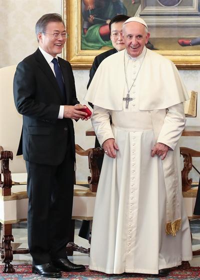 교황에게 받은 묵주 든 문 대통령 교황청을 공식 방문 중인 문재인 대통령이 18일 오후 (현지시간) 바티칸 교황청에서 프란치스코 교황과 환담한 뒤 교황이 선물한 묵주 상자를 들고 대화하고 있다.
