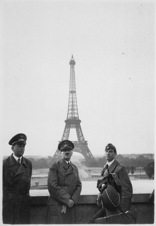 1940년 에펠탑을 배경으로 기념사진을 찍은 히틀러