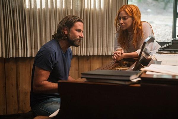 영화 <스타 이즈 본>의 한 장면. 잭슨(브래들리 쿠퍼)는 이미 정상급 스타가 된 앨리(레이디 가가)에게 자신이 오랜만에 만든 노래를 들려준다.