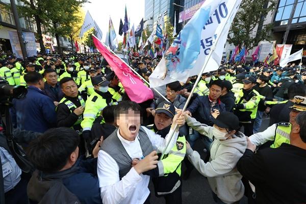 21일 광주시 동구 5·18민주광장에서 광주퀴어문화축제가 열려 참가자들이 주변 도심을 행진하자 이를 막으려는 단체와 경찰 간 충돌이 빚어지고 있다.