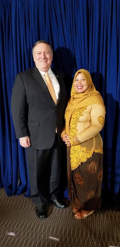 미국무장관 폼페이오와 수상 기념 사진 2018 인신매매 방지 활약 영웅 10인에 선정되어 상을 받은 살라스