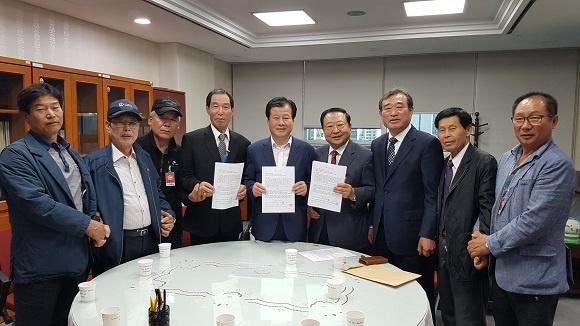 강석진 의원과 두 유족회가 함께 합의서를 작성했다.