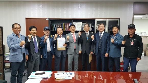 김병욱 의원(가운데)과 유족회가 법안 통과에 힘을 모으기로 했다.