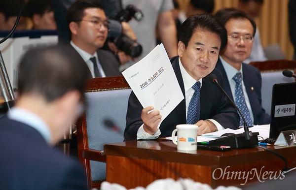 국감 질의하는 정동영 의원 정동영 평화민주당 의원이 22일 오전 서울시청에서 열린 국토위 국정감사에서 서울시 부동산정책 관련 질의를 하고 있다.