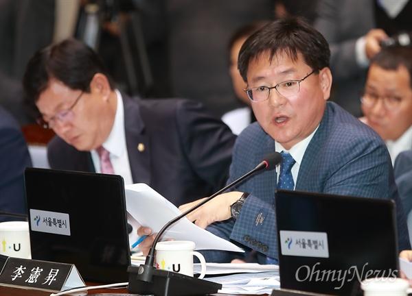 국감 질의하는 이헌승 의원 이헌승 자유한국당 의원이 22일 오전 서울시청에서 열린 국토위 국정감사에서 질의를 하고 있다.