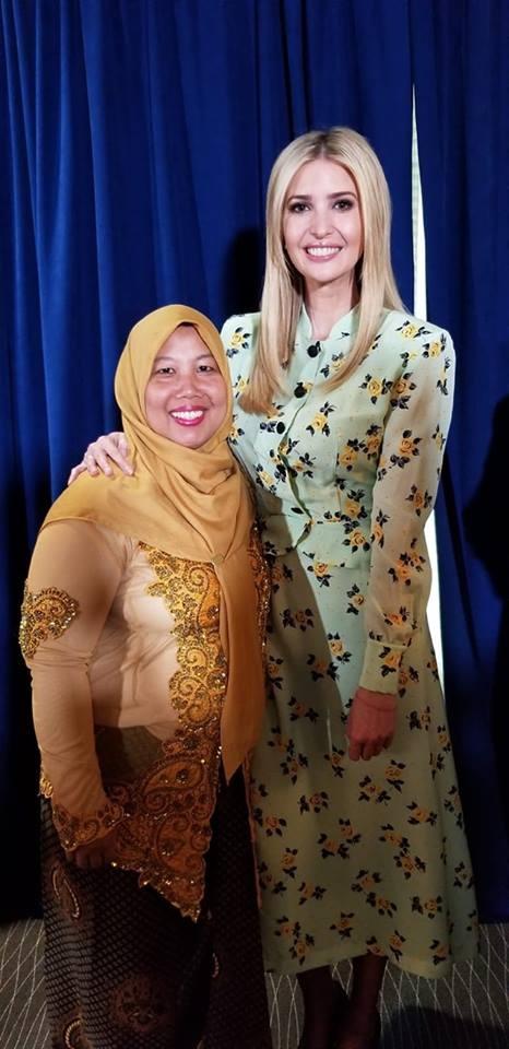 트럼프 대통령 장녀 이방카와 기념 사진 세계 인신매매 방지 영웅으로 선정된 후, 일부로부터 몰상식하다는 비난을 받기도 했다.