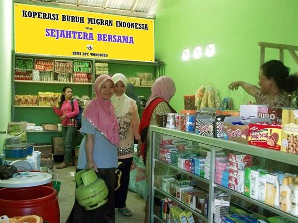 이주노동자조합 식료품 가게 조합원들이 직접 운영하고 있는 식료품 가게