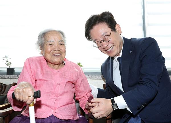 이재명 경기도지사가 지난 8월 11일 광주 '나눔의 집'에서 일본군 성노예 피해자 할머니와 이야기를 나누고 있다.