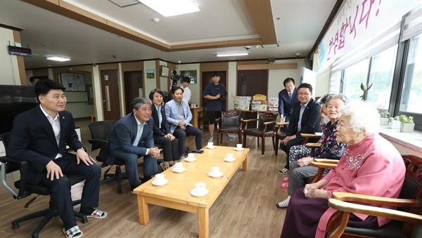 송한준 의장 등 경기도의회 의장단은 지난 9월 19일 추석을 맞아 광주 '나눔의 집'을 방문해 할머니들과 간담회를 갖고, 지원을 약속했다.