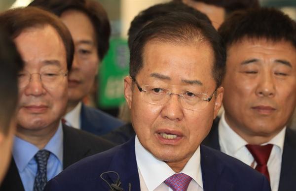 홍준표 전 한국당 대표  홍준표 전 자유한국당 대표가 두 달간의 미국 생활을 마치고 9월 15일 오후 인천국제공항을 통해 귀국하며 취재진 질문에 답하고 있다.