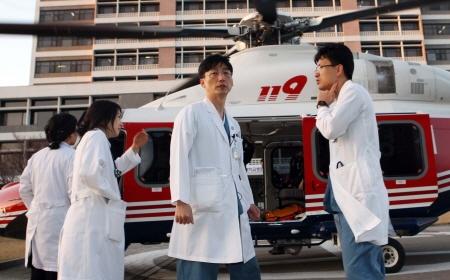 이국종 교수  - 헬기 앞에 서있는 이국종 교수의 모습이다.
