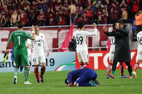 가시마 앤틀러스 AFC 챔피언스리그 결승 진출 24일 오후 경기도 수원시 팔달구 수원월드컵경기장에서 열린 2018 아시아축구연맹(AFC) 챔피언스리그 4강 2차전 수원 삼성 블루윙즈와 가시마 앤틀러스의 경기에서 3-3 동점을 기록하며 결승에 진출한 가시마 선수들이 기뻐하고 있다.
