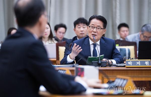 박지원 민주평화당 의원이 25일 오후 서울 서초구 대검찰청에서 열린 국회 법사위 국정감사에서 질의를 하고 있다.