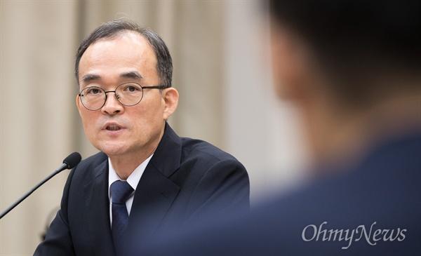 문무일 검찰청장이 25일 오전 서울 서초구 대검찰청에서 열린 국회 법사위 국정감사에서 답변을 하고 있다.