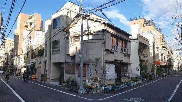 도쿄의 시타마치 이리야의 주택가. 쭉쭉 일직선으로 뻗은 도로에 비슷비슷한 집들이 끝없이 이어져있다.