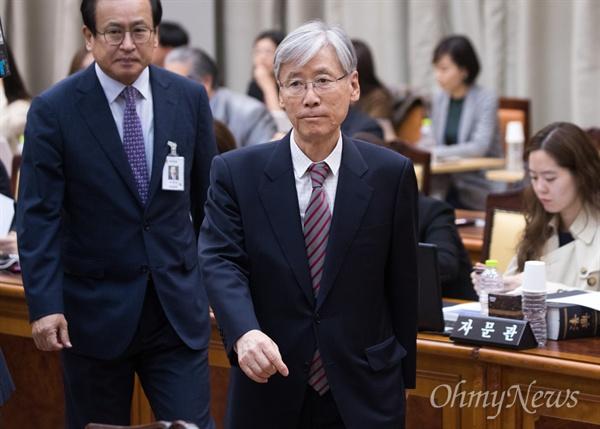 자유한국당 여상규 법사위원장이 25일 오전 서울 서초구 대검찰청에서 열린 국회 법사위 국정감사에 입장하고 있다.