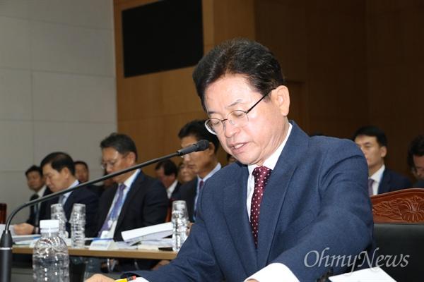 25일 열린 국회 행정안전위의 경상북도 국정감사에서 이철우 경북도지사가 답변을 하고 있다.