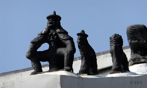 만화속 주인공같은 정자각 지붕 위 잡상.